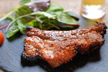 低温のオーブンでゆっくり焼き上げた『自家製豚スペアリブ』