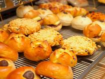 常時40種類以上のパンが並び、季節限定商品も豊富