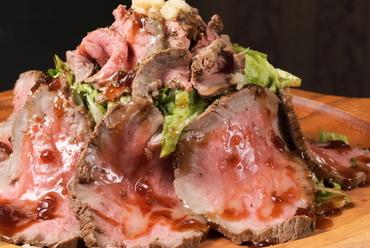 じっくり焼いたお肉を厚めにカット。ワイルドで肉々しい『Flores特製ローストビーフ』