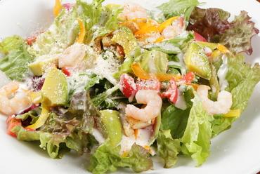 プリップリのエビがおいしいシーザーサラダ風の『エビとアボガドのサラダ』