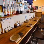 お一人様がくつろげるカウンター席で、旬菜と旨い酒に憩える