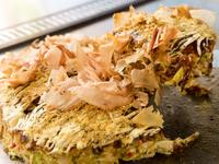 関西風のモダン焼きをベースに、焼きそばをサンドしたボリュームたっぷりの『スペシャルお好み焼』