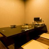 掘りごたつ式の個室があり、人数に応じてプライベート空間を設え
