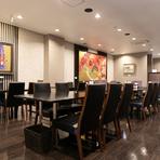 広々した店内はシンプルな内装で落ち着ける雰囲気、座り心地にこだわった椅子でくつろげます。団体客を受け入れながら、一方で少人数やお一人さまの席もスペースに余裕を持って確保できます。