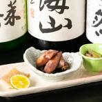 日本酒は地酒を中心に各種取り揃えています。お酒をますますおいしくする、鮮魚などを使った日替わりのお通しも楽しみです。写真は左から『鯛味噌漬け、ホタルイカ、つぶ貝』。