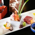 おいしい刺身を目当てに訪れるゲストのため、料理長が厳しい目で吟味した魚種をいつも豊富に揃えています。季節を感じる華やかな盛り付けに、心が躍ります。