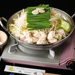 丁寧に下茹でした国産牛もつ肉をたっぷりと、鶏ガラベースの自家製スープで。素材のおいしさをストレートに感じます。〆のラーメンも人気です!