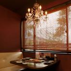 昭和のムード漂うノスタルジックな店内には、2名~35名までで使える個室を完備。襖を閉めて、人数に応じた半個室にすることもできます。会食にぴったりな12名用の個室もあり。2階の個室からは中庭を望めます。