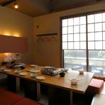 12名ほどで使える個室があり、接待などのビジネスシーンでも大活躍。落ち着いた雰囲気の中、ゆったりと食事を楽しめます。コース料理は2名から注文可能ですので、前日までにご予約を。