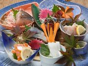料理長自ら境港の市場に出向き、目利きして仕入れる旬魚を盛り合わせた豪華な一皿。季節や仕入れ状況で内容が異なり、いつ訪れても食べ飽きません。それぞれの魚に合った切り方をするこだわりよう。