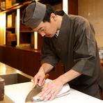 丁寧な調理はもちろん、常に笑顔での接客を心掛けているという料理長の佐伯氏。熟練の技と知識で、厳選した食材の良さを活かし、さまざまな料理へと仕立ててくれます。
