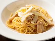 やまゆりポークの豚バラ肉をお店で塩漬けにし熟成させた自家製パンチェッタと、羊の乳を原料にしたペコリーノチーズをふんだんに使用し、本場イタリアの味を再現。食せば口いっぱいにソースの濃厚な味が広がります。