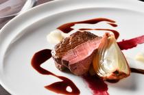 しっとり柔らかな牛肉の旨みが広がる『北海道産牛フィレ肉のポワレ ソースヴァンルージュ』
