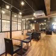 居心地の良さを考えてつくられた店内では、それぞれのテーブル席の間も広めにとられています。そのため、食事をしながらゆったりとくつろいだ時間を過ごすことが出来ます。