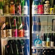 全国の名蔵元の地酒を順次銘柄を変えながらご用意。華やかな一杯から重厚系まで幅広い味が揃い、日本酒の美味しさと魅力に出会えます。量は5勺・7勺・1合の3種から選べるので、飲み比べもしやすいスタイル。