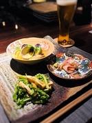 店主拘りの日本酒とぴったりの肴をご用意! その日の仕入れにより、旬のお刺身、焼き物、煮物など3種類の肴と〆のお蕎麦をセットにしたお得なメニューです。 お一人様や、二軒目以降でご利用の方におすすめです。