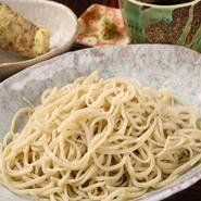 この三立てが造り出す蕎麦本来の美味しさを 選りすぐりの日本酒とともにお楽しみください。