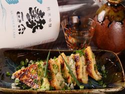 店主厳選の全国の日本酒と、相性抜群のアテをご用意。 〆は、その日に石臼で挽いた蕎麦を楽しんで下さい!
