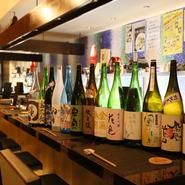日本酒の店ということで、敷居が高いと思われることもありますが、実際は明るく気楽に憩える店。お酒・料理ともに価格を抑え、アラカルトのご注文で自由に憩えるスタイルも特長です。気構えなく、お気軽にどうぞ。
