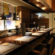 駅近のビルの9階にあり、隠れ家的な雰囲気。選りすぐりの日本酒と旬食材を生かした肴をゆったり味わい、絶品の蕎麦でシメるという大人の飲み方を楽しめます。女性二人やお一人様も多く、安心して美酒に憩えます。