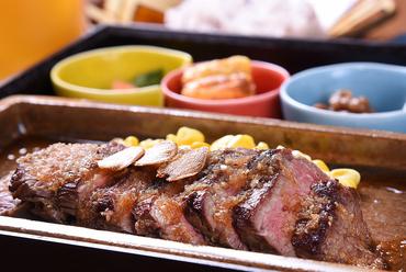 ランチ人気No1! 55℃の低温でじっくり火を通し、肉の旨味を閉じ込めた『牛さがりステーキ』