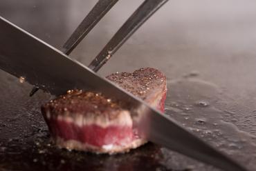 吟味を重ね買い付ける、九州産のさまざまな銘柄牛が登場『黒毛和牛のステーキ』
