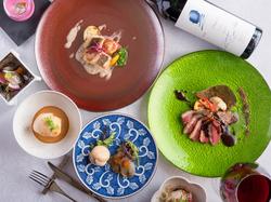 九州の鮮魚に地野菜などの素材を活かし、調理した自称グルメを唸らせるコース。 記念日や接待に。