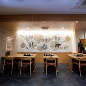 壁面を飾る博多をイメージしたイラストが食事にさらに彩りを