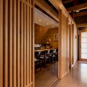 ヒノキの扉が美しく上品な雰囲気を醸し出している