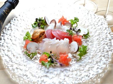 天然ものを中心に活きのいい魚を厳選 彩りも美しい『本日の鮮魚のカルパッチョ』