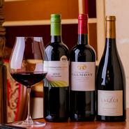 イチオシの国産ウイスキーを使用したハイボールのほか、ワインは誰もが親しみやすいものを中心に取り揃え。カクテルの組み合わせは無限大。女性でも飲みやすい味など、さまざまな要望に応えてもらえるのも魅力です。