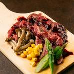 しっとりとした赤身肉の旨味が口いっぱいに広がる『チャックフラップステーキの特製赤ワインソース』150g