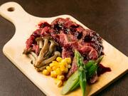 肩ロースの「ザブトン」にあたり、脂肪の少ないヘルシーな赤身肉です。赤身ならではの旨味と食感、ジューシーさを味わえる逸品。自家製赤ワインソースまたは自家製ステーキソースからお好みで選べます。