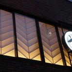 【七伍】はビルの2階にあるため、夜には窓に映る明かりを外から眺めることができます。室内の楽しげな様子が滲み出しそうな柔らかな明かり。初めての方も、気軽にお入りください。