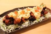 数種類のスパイスをブレンドし独自の調理法で柔らかく焼き上げた究極の一品。ビールやハイボール等との相性は抜群。