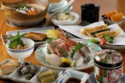 刺身、天ぷら、焼物と割烹料理を楽しんで頂けるコースです。旬の食材と割烹料理を存分に楽しんで頂けます。