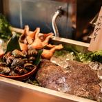 ジャンルを問わず海の恵みを活かした料理が楽しめるのも魅力! 蟹身とホワイトソースのコクがサクサクのパイ生地とよく合う『ずわい蟹のホワイトソースパイピザ』など、こだわりの食材を形を変えて満喫できます。