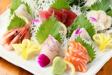 青森や函館から直送される鮮魚から『本日入荷の刺身盛り合わせ 五種盛り』