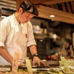 カウンターからゲストに料理をお届けする際には、一言添えてるという坂本氏。その料理や食材についてのワントークをプラスすることで、ゲストの食事の時間が更に楽しい時間になればと、心配りを忘れません。