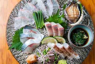玄界灘で育った魚を贅沢に使った『本日のお刺身盛り合わせ』は旨み凝縮の逸品揃い。