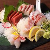 旬のものから定番の魚まで、彩を意識して美しく盛り付けた『エノさんの衝撃の刺身~5点盛り~』