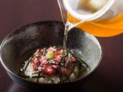 白米の上に乗せた牛肉のタルタルを、牛コンソメをかけていただく『締めのタルタルひつまぶしスタイル』。ひと皿まるごと「牛」を味わう、お店ならではの逸品です。仏料理と日本食の融合を楽しんで。