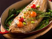 地元の漁師から直に旬魚を届けてもらいその魚に合った料理法でご提供。  写真は、身厚で歯応えがあり、日本産の舌平目とはひと味違った味わいのフランス産「ドーバーソール」。  内容は時期により変わります。