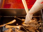 中身の93%がエビ。プリプリとした食感が楽しいエビのつみれを、さっぱりとした自家製醤油で味わえます。エビは手作業で内臓を取り、細かくカットしているので、臭みがなく旨味たっぷり。