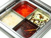 山椒と唐辛子をベースに、27種類の香辛料からとった出汁にラー油を加えたスープです。日本のお客さまの好みを考慮し、辛さと山椒の強さを4段階で用意。たれバーで後から唐辛子や薬味を追加することもできます。