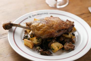 肉の旨味をたっぷり閉じ込めたジューシーな味わいの『フランス産鴨もも肉のコンフィ』