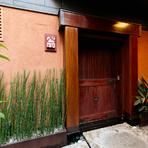 恵比寿駅にほど近いビルの地下に、ひっそりと佇む【翁】。階段を下りると、小さな看板と風格ある木戸が目の前に現れ、その奥には街の賑わいを離れた静かな空間が広がります。