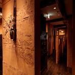 木の床や土壁を取り入れた内装は、自然素材の温もりあふれる和みの空間。間接照明の優しい灯りが周囲を照らし、昔ながらの懐かしい雰囲気とモダンなデザインが調和しています。