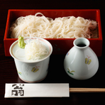 古い文献を頼りに試行錯誤を重ね、江戸時代から続く伝統の味を再現。鰹出汁を効かせたまろやかなつゆが、上品な蕎麦の風味を引き立てます。通常の『更科そば』のほか、トリュフを練り込んだ変わり蕎麦も人気です。