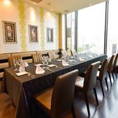 美味&眺めを満喫できる優美な空間。パーティーに向く個室も多数